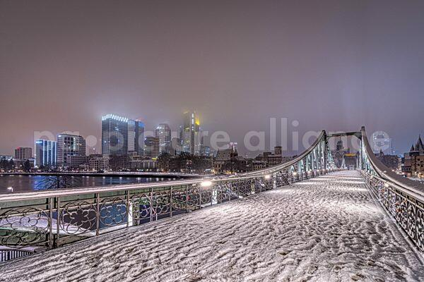 Der verschneite Eiserner Steg in Frankfurt am Main (17.01.2021)