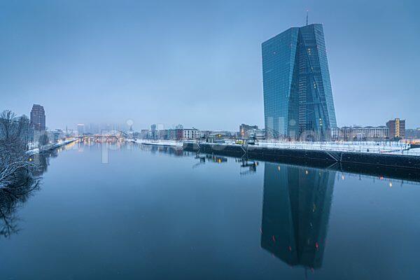 Die verschneite Europäische Zentralbank im Winter (17.01.2021)