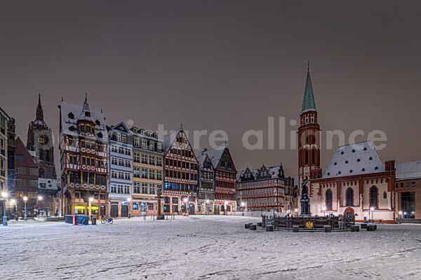 Der verschneite Römerberg in Frankfurt am Main (17.01.2021)