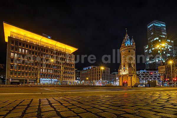 Der Eschenheimer Turm in Frankfurt am Main bei Nacht (04.02.2021)