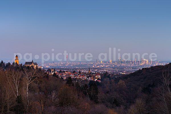 Aussicht vom Malerblick über Kronberg hinweg auf die Frankfurter Skyline (12.02.2021)