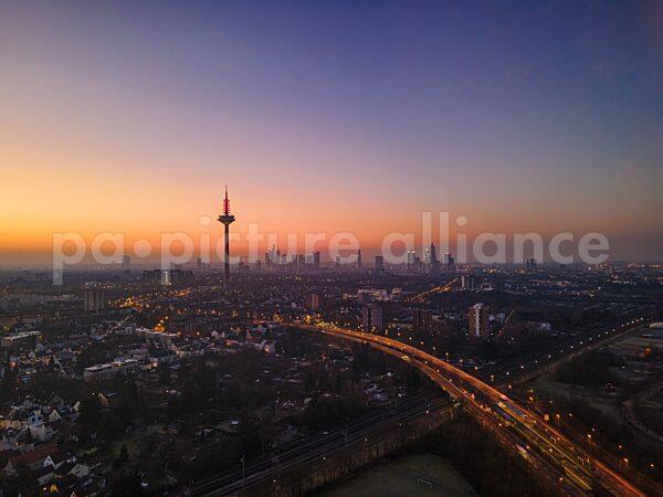 Sonnenaufgang hinter der Frankfurter Skyline (22.02.2021)