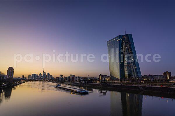 Europäische Zentralbank und Frankfurter Skyline (23.02.2021)