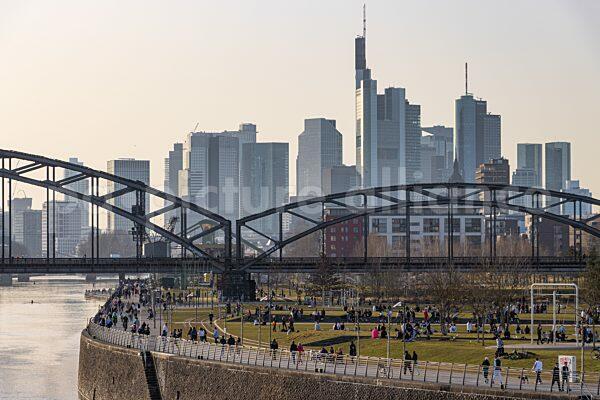Menschenmengen im Frankfurter Osthafenpark (23.02.2021)