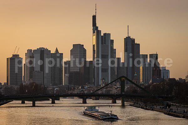 Sonnenuntergang hinter der Frankfurter Skyline (23.02.2021)