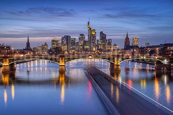 Leichte Wolken über der leuchtenden Frankfurter Skyline (25.02.2021)