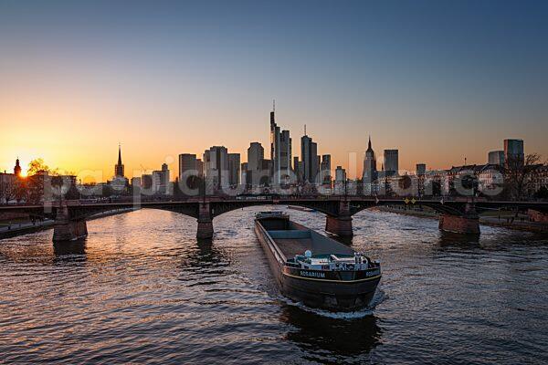 Sonnenuntergang hinter der Frankfurter Skyline (02.03.2021)