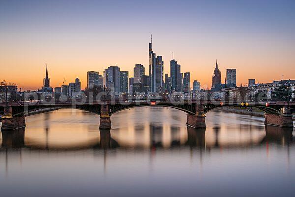 Die Frankfurter Skyline kurz nach Sonnenuntergang (02.03.2021)