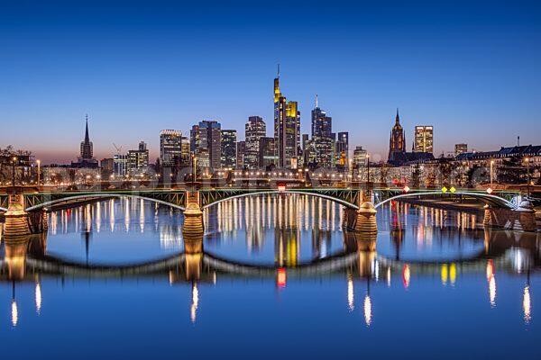 Die Frankfurter Skyline zur Blauen Stunde (02.03.2021)