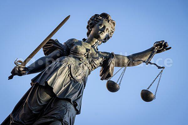 Justitia auf dem Gerechtigkeitsbrunnen (Römerberg, Frankfurt/M.) (05.03.2021)