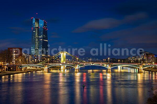 Die Europäische Zentralbank (EZB) bei Nacht (15.03.2021)