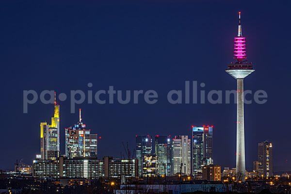 Blick vom Riedberg auf die Frankfurter Skyline (19.03.2021)