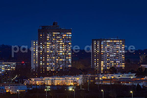 Die leuchtenden Hochhausblöcke am Frankfurter Berg (19.03.2021)