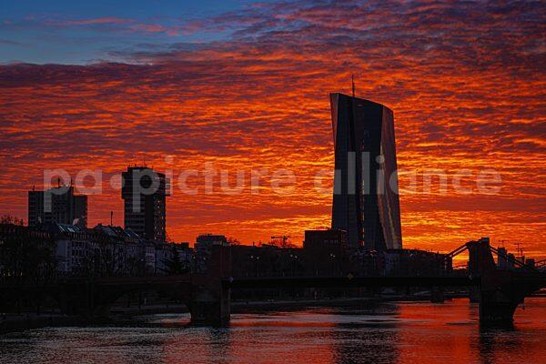 Sonnenaufgang hinter der Europäischen Zentralbank (EZB) (20.03.2021)