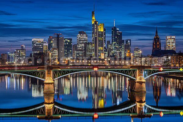 Die Frankfurter Skyline zur Blauen Stunde (24.03.2021)
