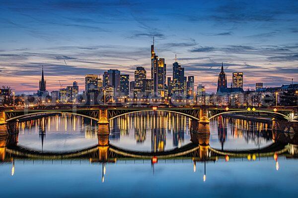 Die Frankfurter Skyline nach Sonnenuntergang (24.03.2021)