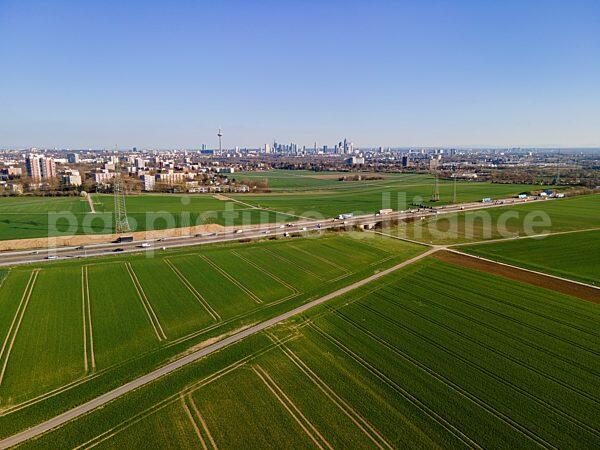 Blick aus dem Frankfurter Nordwesten über die A5 auf die Skyline (31.03.2021)