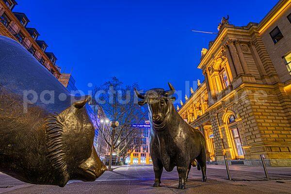 Bulle und Bär vor dem Gebäude der Frankfurter Wertpapierbörse (09.04.2021)