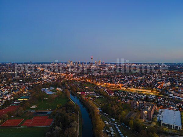 Blick über Heddernheim und Eschersheim auf die Frankfurter Sykline (11.04.2021)