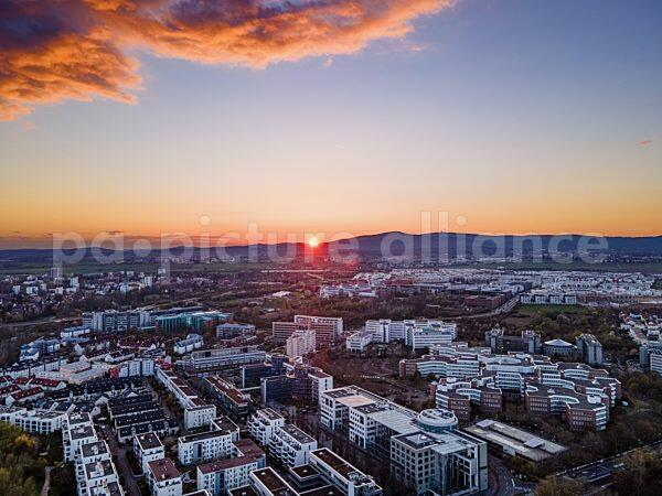 Blick über das Mertonviertel auf den Taunus bei Sonnenuntergang (11.04.2021)