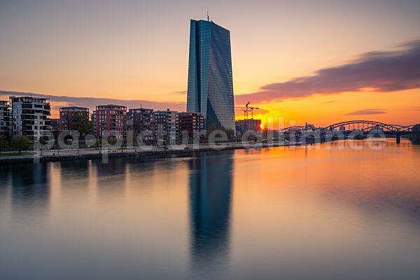 Sonnenaufgang hinter der Europäischen Zentralbank (EZB) (16.04.2021)