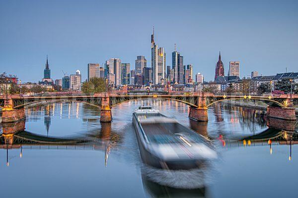 Die Frankfurter Skyline bei Sonnenaufgang (16.04.2021)