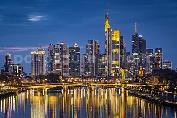Die Frankfurter Skyline zur Blauen Stunde (18.04.2021)