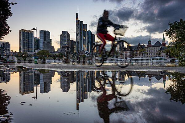 Die Frankfurter Skyline am Abend (26.05.2021)