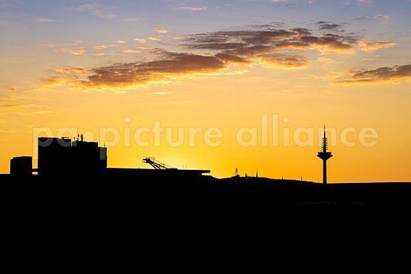 Europaturm in Frankfurt am Main nach Sonnenuntergang (01.06.2021)