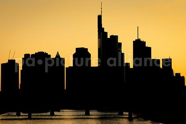 Silhouette der Frankfurter Skyline (01.06.2021)