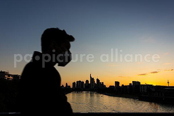 Die Frankfurter Skyline nach Sonnenuntergang (01.06.2021)