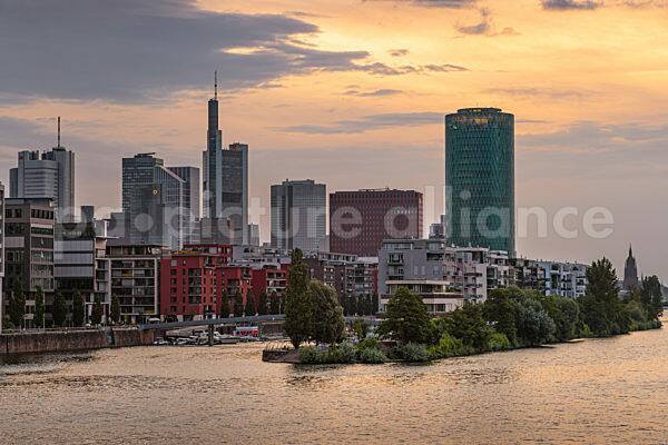 Der Frankfurter Westhafen bei Sonnenaufgang (20.06.2021)