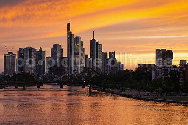 Sonnenuntergang hinter der Frankfurter Skyline (21.06.2021)