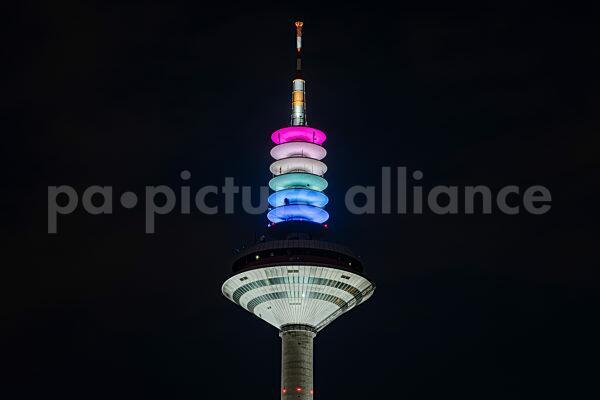 Der Europaturm in Ffm in Regenbogen-Farben (23.06.2021)