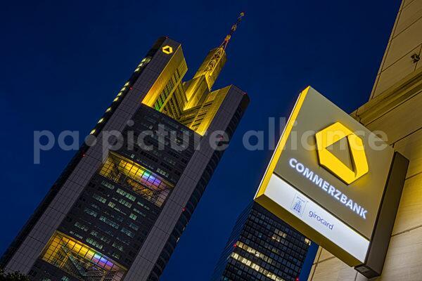 Commerzbank Tower illuminiert in Regenbogen-Farben (08.07.2021)