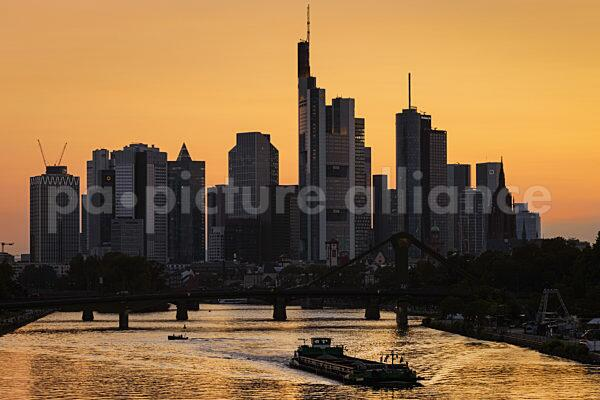 Die Frankfurter Skyline nach Sonnenuntergang (21.07.2021)