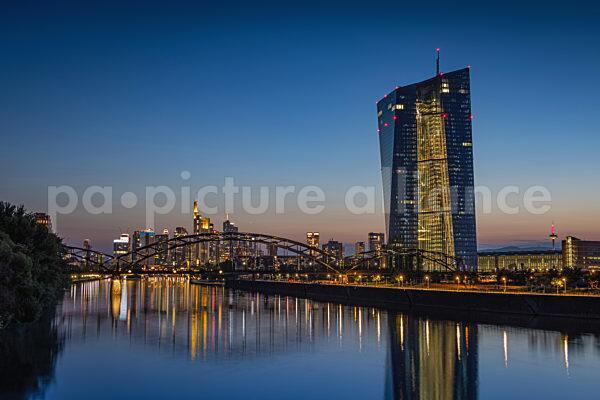 EZB und Frankfurter Skyline (21.07.2021)