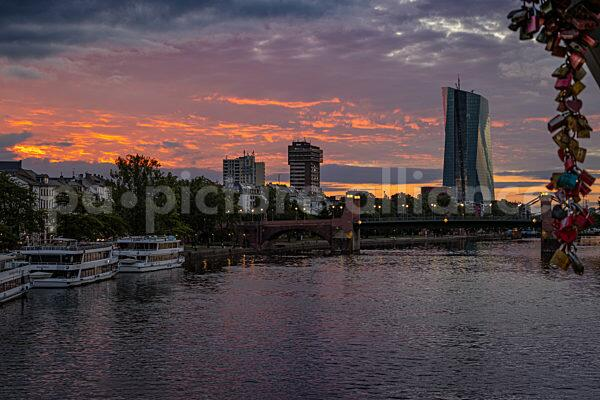 Sonnenaufgang hinter der Europäischen Zentralbank (EZB) (08.08.2021)