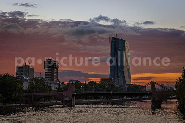 Sonnenaufgang hinter der Europäischen Zentralbank (EZB) (15.08.2021)