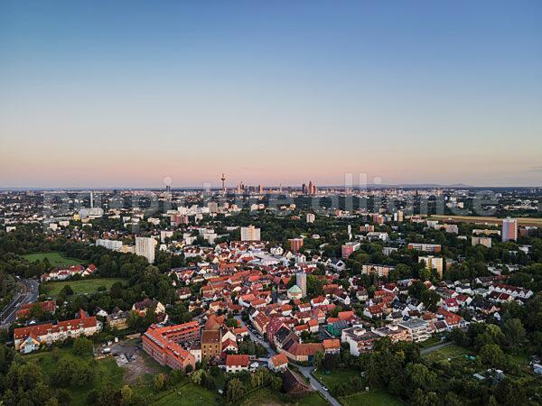 Blick über Niederursel auf die Frankfurter Skyline (08.08.2021)