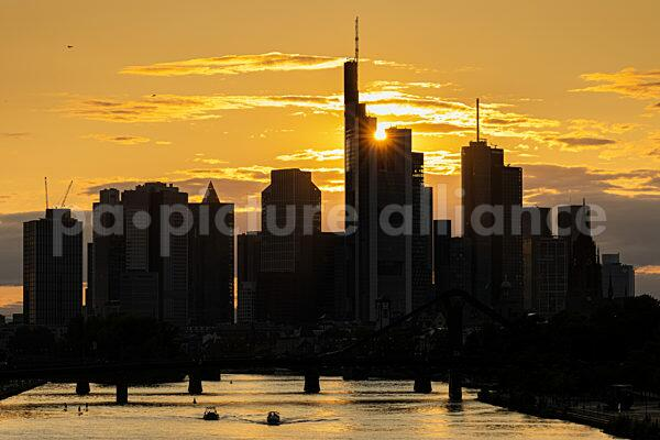 Sonnenuntergang hinter der Frankfurter Skyline (20.08.2021)