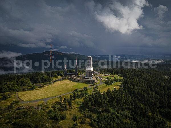 Dunkle Wolken über dem Großen Feldberg im Taunus (22.08.2021)