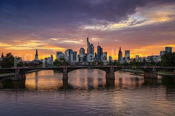 Sonnenuntergang hinter der Frankfurter Skyline (25.08.2021)