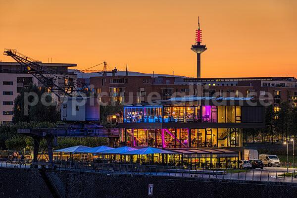 Das Frankfurter Osthafen-Gebiet nach Sonnenuntergang (02.09.2021)