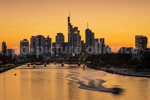 Die Frankfurter Skyline nach Sonnenuntergang (02.09.2021)