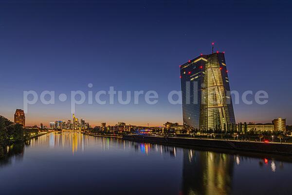 Europäische Zentralbank (EZB) und Frankfurter Skyline zur Blauen Stunde (03.09.2021)