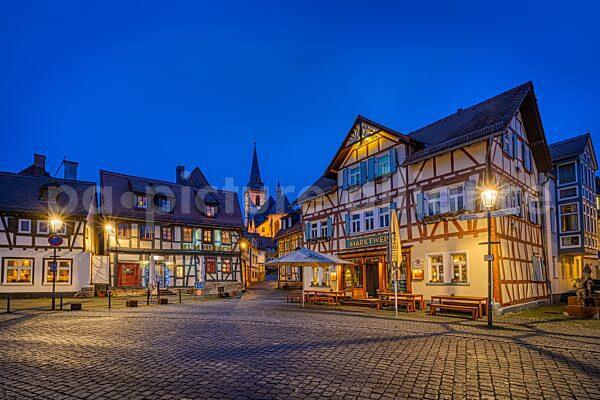 Blick über den Oberurseler Marktplatz auf die katholische Kirche St. Ursula (05.12.2020)