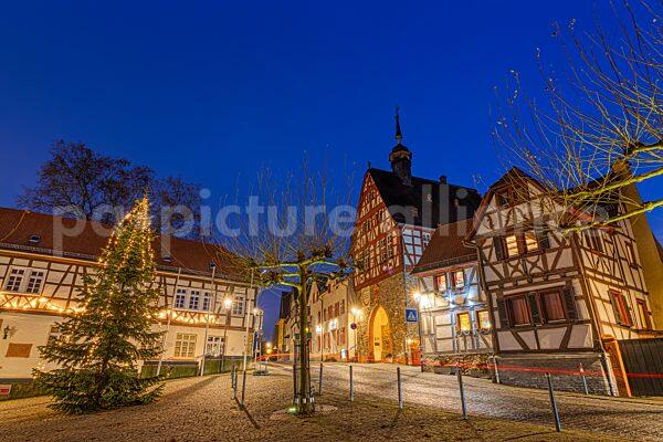 Der Weihnachtsbaum und das historische Rahmtor am Oberurseler Marktplatz (05.12.2020)