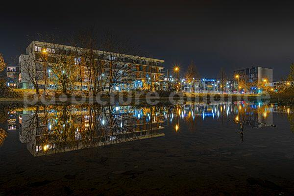 Der Frankfurter Riedbergplatz und das Riedbergcenter spiegeln sich im Wasser (10.12.2020)
