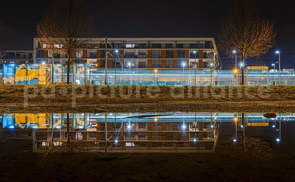 Die U-Bahn-Station Uni Campus Riedberg spiegelt sich im Wasser (10.12.2020)